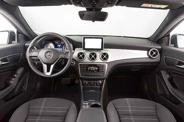 O painel do Mercedes sugere uma esportividade que o carro n�o oferece (Est�dio Malagrine/Mercedes-Benz/Divulga��o)