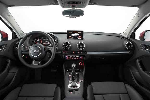 O A3 Sedan tem painel bem resolvido e sua tela multimidia se recolhe (Audi/Divulga��o)