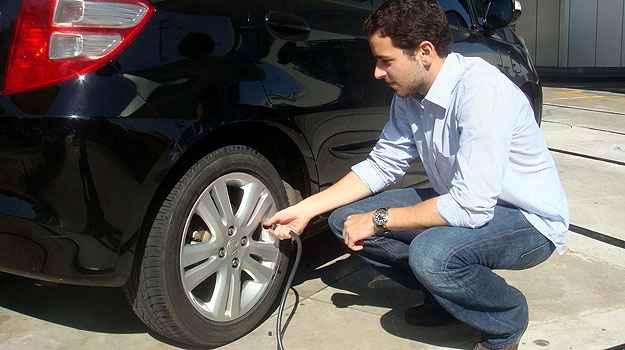 O ideal � conferir a calibragem semanalmente ou no m�ximo a cada 15 dias (Bridgestone/Divulga��o)