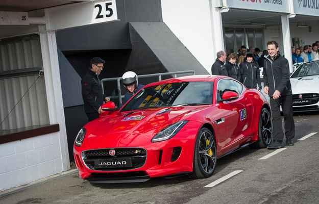 Pr�ncipe Harry pilota novo Jaguar F-Type R Cup�
