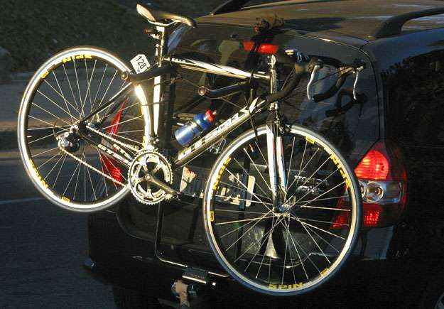 Se a bicicleta estiver obstruindo (ainda que parcialmente) a placa traseira, � necess�rio usar uma segunda placa  (Auremar de Castro/Estado de Minas - 14/06/2007)