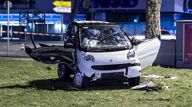 O Smart rodou na pista e foi parar no gramado de uma praça -
