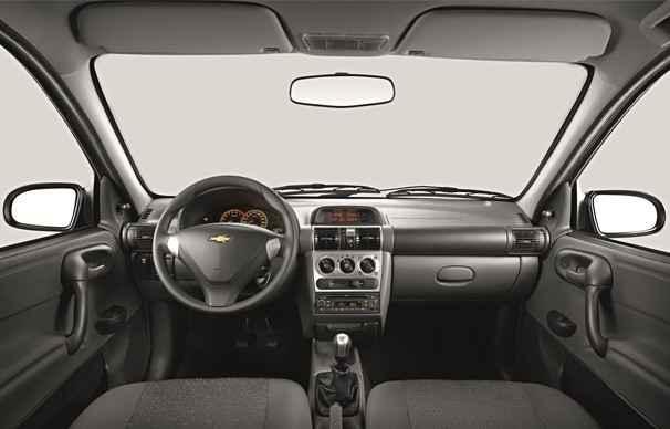 Interior tem detalhes no tom cinza no volante, console e manopla de c�mbio (Chevrolet/Divulga��o)