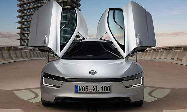 Com aerodin�mica totalmente futurista e pre�o estimado em cerca de R$ 335 mil, o Volkswagen XL1 faz 110 quil�metro por litro de combust�vel (Volkswagen/Divulga��o)