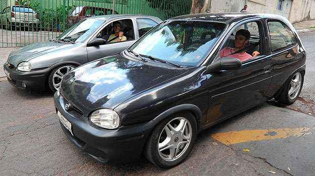 Lucas e Henrique s�o adeptos dos carros rebaixados e mostram como os ve�culos quase se arrastam - Alexandre Guzanshe/EM/D.A Press