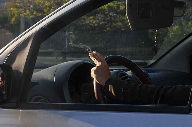 Voc� e a Lei: o motorista pode dirigir fumando?