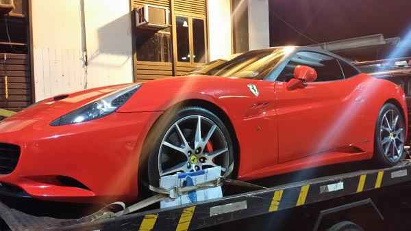 A Ferrari, avaliada em R$ 950 mil, era conduzida por mulher que recusou fazer o teste do baf�metro  (Detran/Divulga��o)