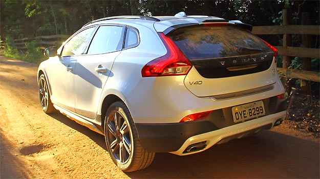 V40 Cross Country est� 40 mm mais alto, o que facilita o uso em estradas de terra