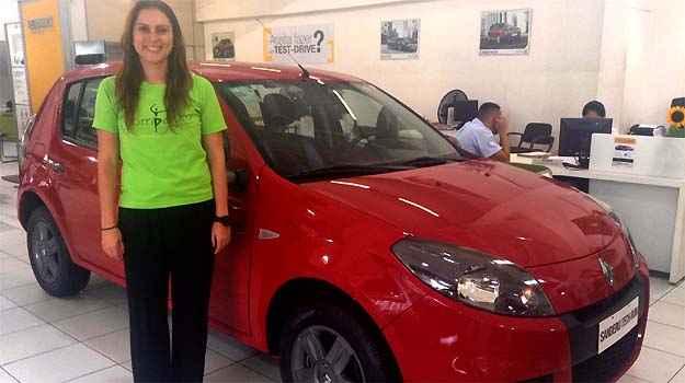 A bailarina Carolina Vieira Pinto da Cunha analisa a compra de um Sandero Tech Run na concession�ria Renault Minas France  - Marcus Celestino/EM/D.A PRESS