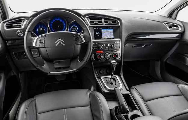 O C4 beneficia o painel de instrumentos mais moderno com o uso de iluminação azul - Citroën/divulgação