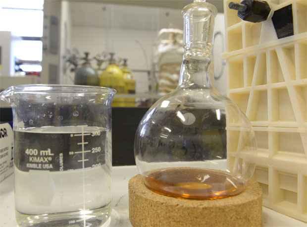 Recipiente � direita mostra o combust�vel criado pelos pesquisadores  - AFP