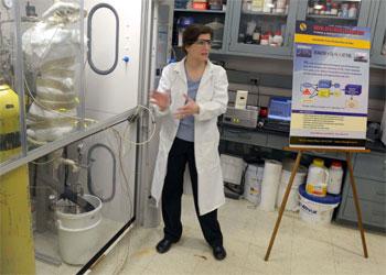 Dra Heather Willauer explica a pesquisa com água do mar - AFP