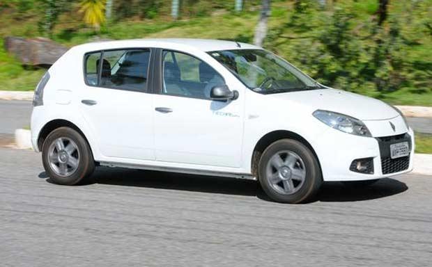 Comportamento din�mico exemplar em todos os tipos de piso e situa��es � caracter�stica Renault marcante no hatch Sandero (Euler Junior/EM/D.A Press)
