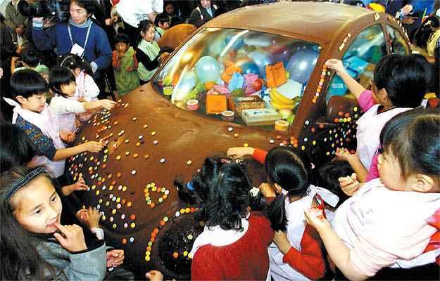 No Jap�o, para comemorar o Dia dos Namorados, um VW New Beetle foi totalmente coberto com chocolate - ATR/AFP