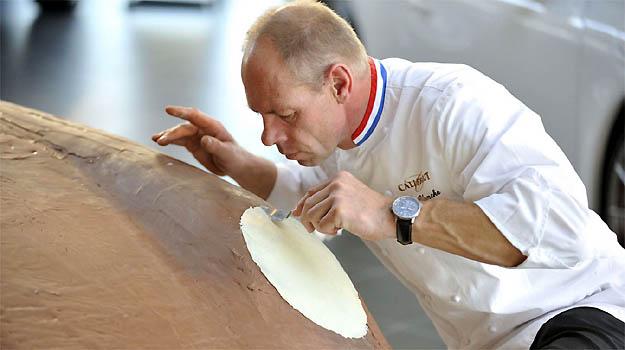 Chef d� o toque final no Porsche coberto com 175 kg de puro chocolate ao leite e detalhes em chocolate branco - Porsche/Divulga��o