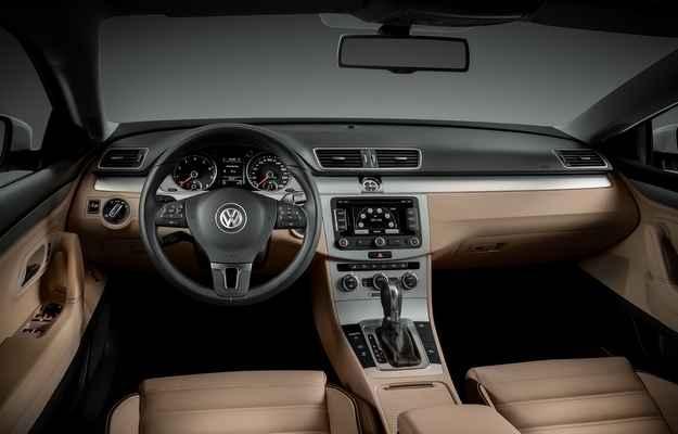 No interior est�o ar-condicionado Climatronic com duas zonas de climatiza��o, controlador eletr�nico de velocidade de cruzeiro e volante multifuncional  (Volkswagen/divulga��o)