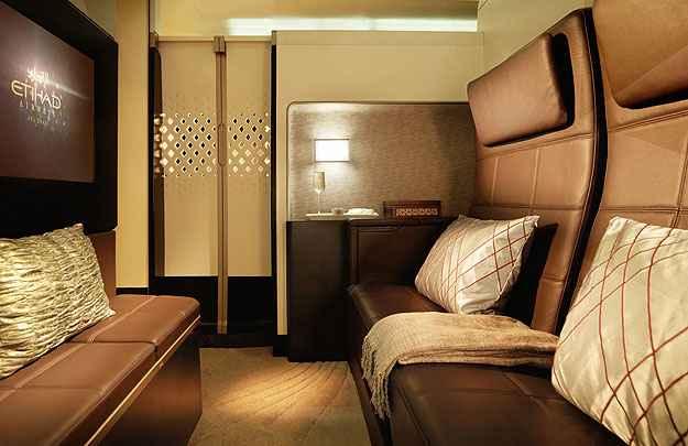 Categoria Residence oferece uma sala de estar, com poltrona, mesas e frigobar (Etihad/Divulga��o)