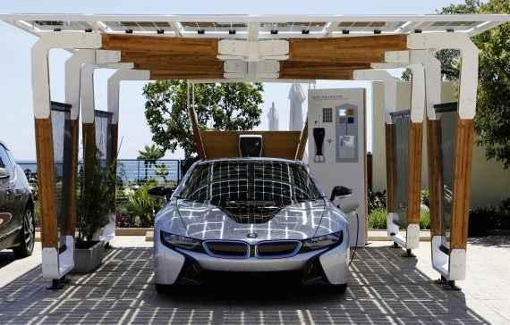 A energia solar � convertida em energia el�trica e carrega os carros estacionados (BMW/divulga��o)