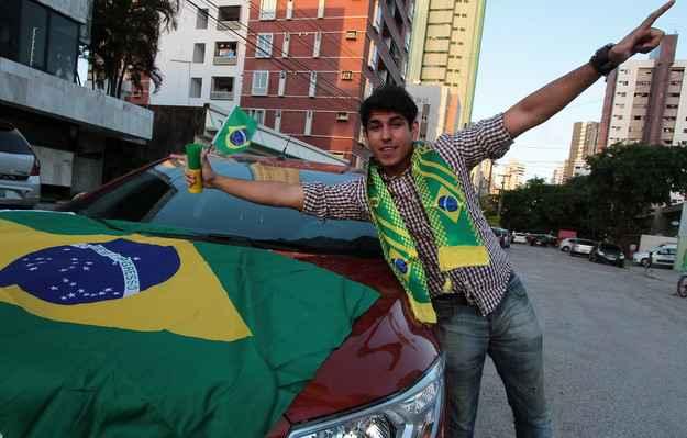 Fernando personalizou seu autom�vel com bandeiras, capas para os retrovisores e trombetas (Nando Chiappetta/DP/D.A Press)