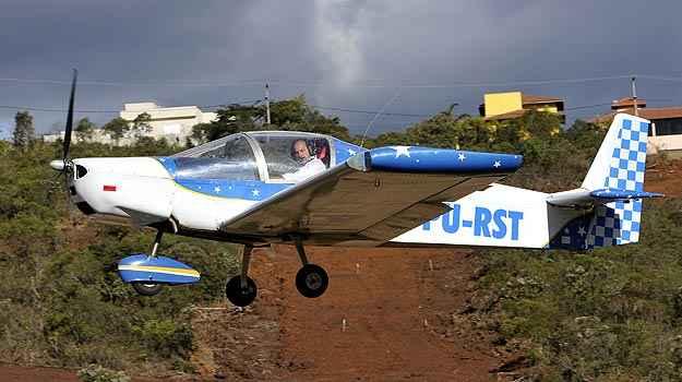 Avi�o 'caseiro' do mineiro Ronaldo tem autonomia de sete horas e voa em altitude de at� cinco mil metros (Juarez Rodrigues/EM/D.A PRESS)