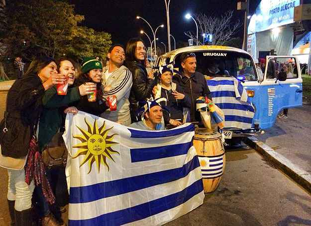 Parada para ver o jogo em Porto Alegre - Reprodução/Facebook La Combi Celeste
