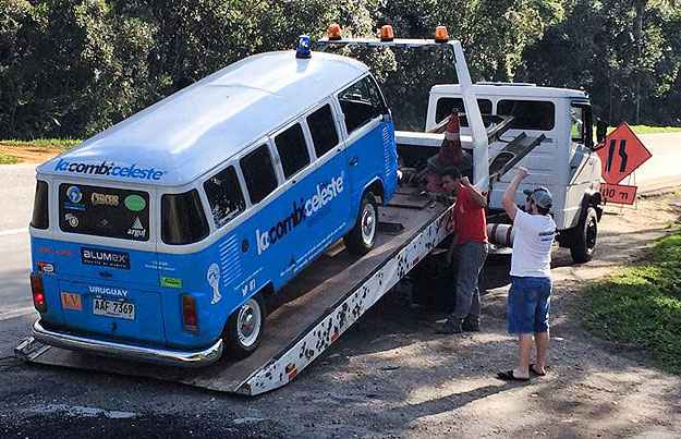 Pr�ximo de Curitiba, problema na bomba de gasolina. Ap�s o reparo, de volta ao trajeto (Reprodu��o/Facebook La Combi Celeste)