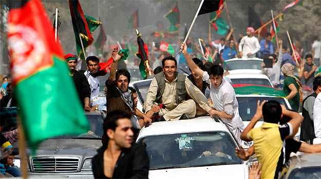 Torcedores afeg�os festejam nas ruas da Kabul a conquista da Copa da �sia no ano passado e exageram na comemora��o com muitos deles sobre os tetos dos carros e com o corpo fora da janela, arriscando a vida (REUTERS)