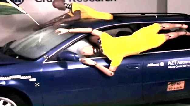 No crash test da Allianz para a Copa de 2010, um dummy est� com meio corpo para fora do v�o do teto solar e o outro da janela. Depois do choque, um � arremessado no ch�o e outro bate a cabe�a no para-brisa - Allianz/Divulga��o
