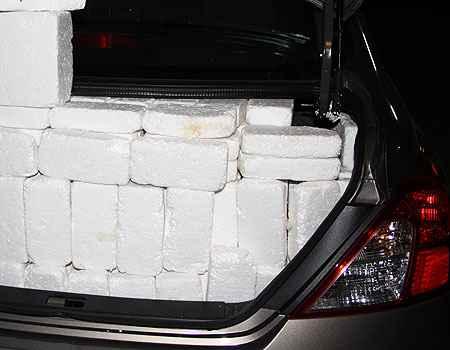 A metodologia correta � preencher o porta-malas com cubos s�lidos que excluem espa�os n�o aproveit�veis, como as dobradi�as da tampa (Marlos Ney Vidal/EM/D. A Press)