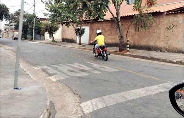 Seja nas ruas tranquilas de bairro ou na �rea central da capital, aumenta o n�mero de ciclomotores circulando sem placa de licen�a e com adolescentes pilotando (Marlos Ney Vidal/EM/D.A Press)