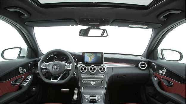 Interior da vers�o C 250 tem op��o de couro vermelho e elementos AMG, explorando a esportividade