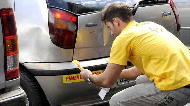 Nas campanhas pol�ticas os candidatos investem muito nos adesivos, que s�o colados em diversas partes da carroceria  (Jair Amaral/EM/D.A PRESS)