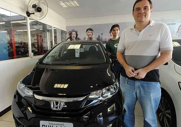 Clodoveu Augusto compra terceiro Fit na Auto Japan. O primeiro, 2004/2005, vai ficar com o filho Alexandre (ao fundo) -  Cristina Horta/EM/D.A Press