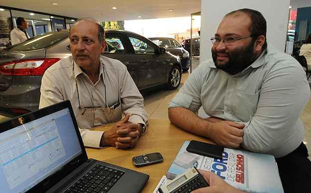 Na companhia do filho Victor, o advogado Ant�nio Carlos Caldas cota EcoSport na Pisa -  Cristina Horta/EM/D.A Press