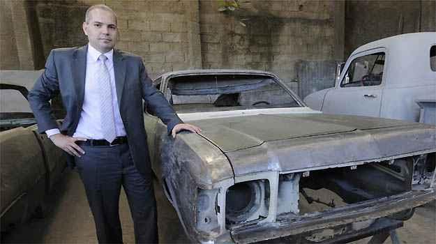 Marcos Paulo espera, um dia, sentar novamente ao volante do carr�o, modelo 1975, e fazer o que n�o p�de na adolesc�ncia - Beto Magalh�es/EM/D.A PRESS