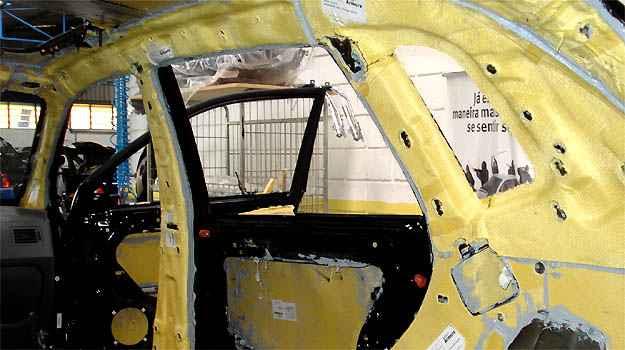Blindagem do ve�culo leva 15 dias �teis. Foto mostra o revestimento de Kevlar (Du Pont/Divulga��o)