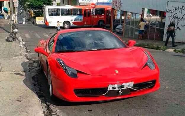 Cantor sertanejo estaciona Ferrari em local proibido e recebe multa