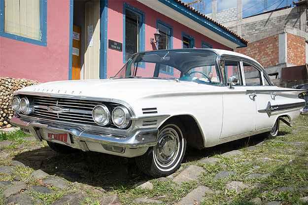 Chevrolet Impala 1960 exibe estilo clássico que conquistou os EUA