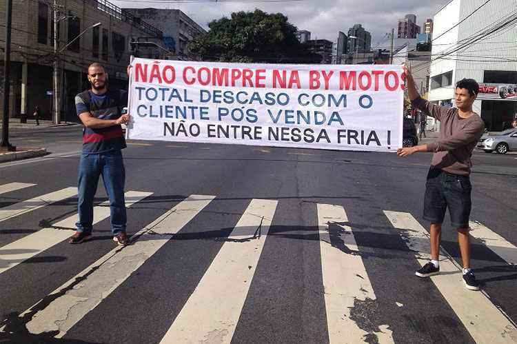 Insatisfeito com moto, cliente promete 'protesto eterno' em concession�ria