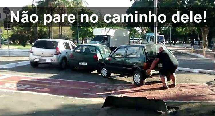 V�DEO: Ciclista revoltado retira carro de ciclovia com as pr�prias m�os