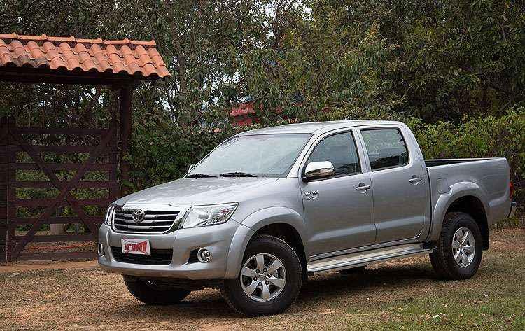 V�DEO: Toyota Hilux 4x2 SRV 2.7 Flex � resistente, mas cliente fiel do posto de gasolina