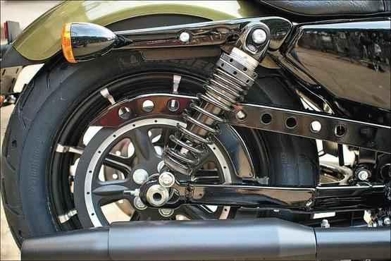 A suspensão traseira dupla da Iron 883 foi modernizada - Harley-Davidson/Divulgação