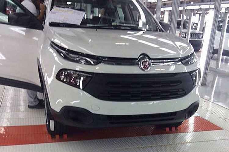 Vazou de novo! Fotos mostram picape Fiat Toro sem disfarces