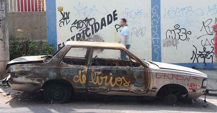 Lei autoriza remo��o de carros e carca�as abandonadas nas ruas em BH