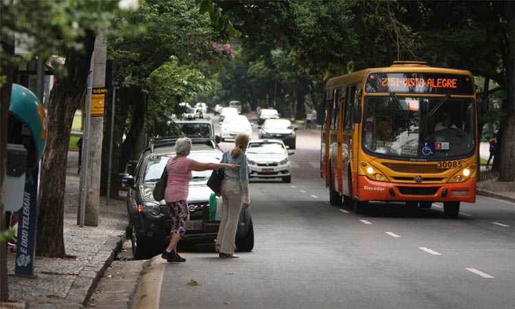 Picape em ponto da Savassi: passageiros s�o obrigados a ir para a rua e, muitas vezes, perdem o �nibus  - Ed�sio Ferreira/EM/DA Press