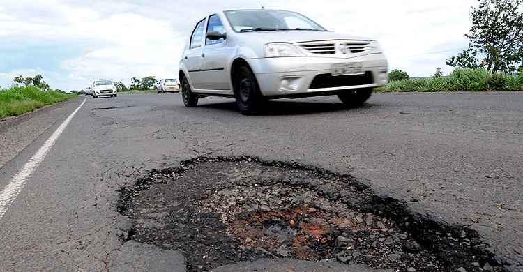Flagrante de buraco em rodovia mineira em dezembro de 2014  - Beto Novaes/EM/D.A Press