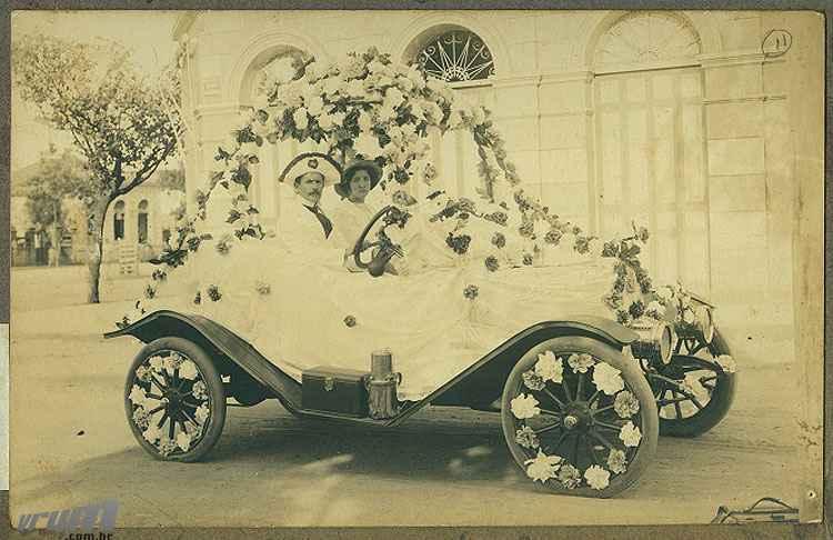 Foto mais antiga do carnaval no Museu Ab�lio Barreto mostra Francisco de Souza dirigindo um corso em 1914  -  Museu Ab�lio Barreto