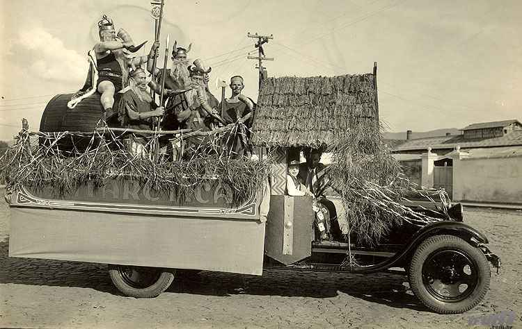 Desfile de carros alegóricos em Belo Horizonte nos anos 1920 - Igino Bonfioli/EM