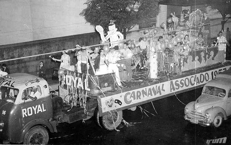 Desfile do carro alegórico  Batalha Real, promovido pelos Diários Associados, em 1957 - Arquivo EM