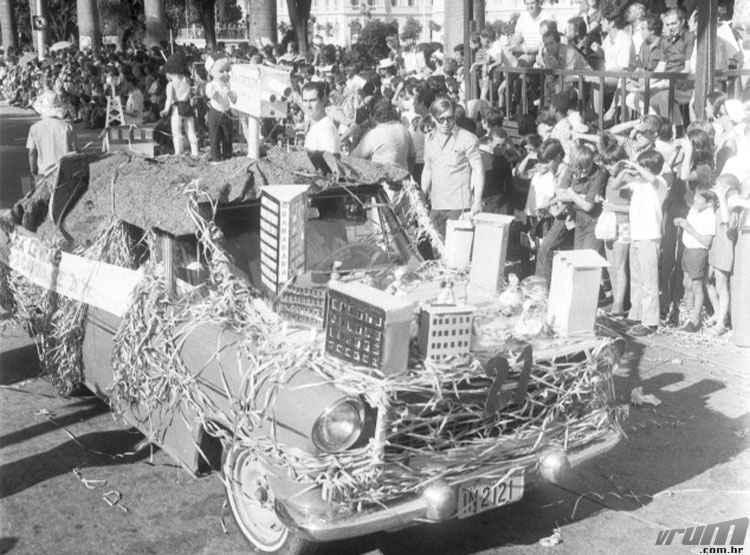 Desfile de carros aleg�ricos na Pra�a da Liberdade em 1972 - Arquivo P�blico Municipal/PBH